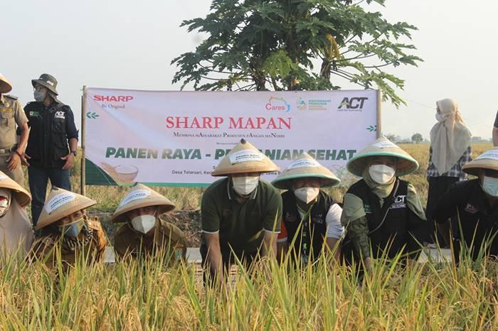 a - Presiden Direktur Sharp Indonesia Bersama dengan Perwakilan Pemeri...